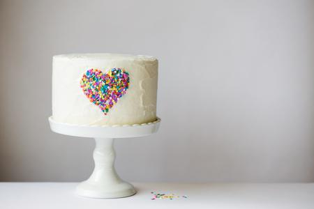 Photo pour White cake with colorful heart - image libre de droit