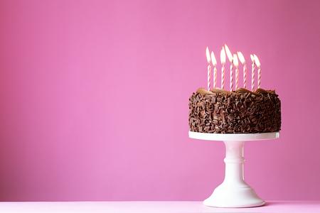 Photo pour Birthday cake with pink candles - image libre de droit