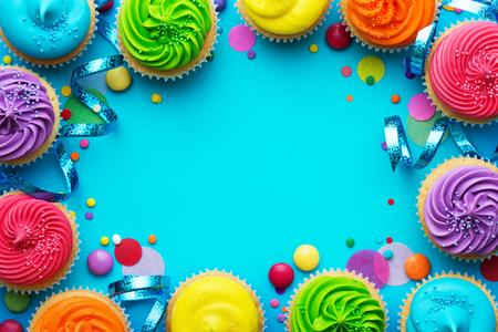 Photo pour Party background with cupcakes and confetti - image libre de droit