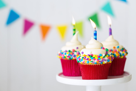 Photo pour Colorful birthday cupcakes on a cake stand - image libre de droit