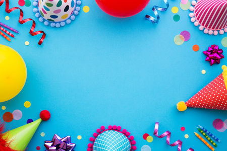 Photo pour Birthday party background with party hats and streamers - image libre de droit