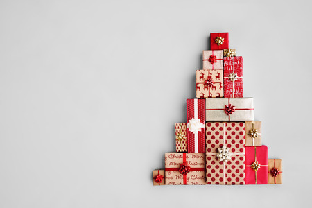 Foto de Christmas gift boxes laid out in the shape of a Christmas tree, overhead view - Imagen libre de derechos