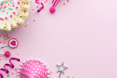 Foto de Pink birthday party background with birthday cake and party hats - Imagen libre de derechos