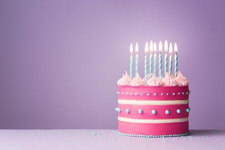 Photo pour Pink birthday cake with nine candles - image libre de droit