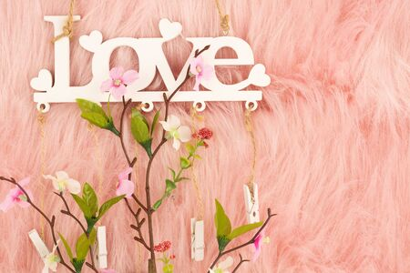 Photo pour White wooden word love and flowers on pink fur background. - image libre de droit