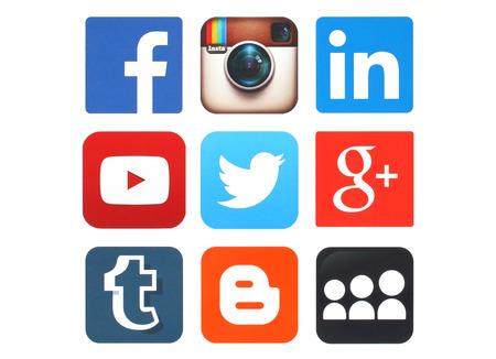 Foto de KIEV, UKRAINE - MAY 12, 2015:Collection of popular social media logos printed on paper:Facebook, Twitter, Google Plus, Instagram, MySpace, LinkedIn, YouTube, Tumblr and Blogger - Imagen libre de derechos
