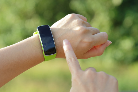 Photo pour Smart watch on hand with empty screen on nature green background, screen is great for your design copy space - image libre de droit