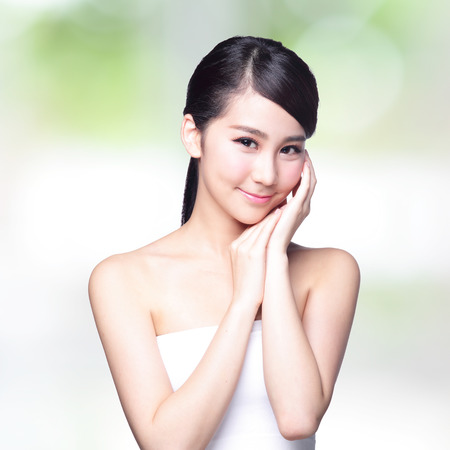 Photo pour Beautiful Skin care woman Face smile to you with nature green background. asian Beauty - image libre de droit