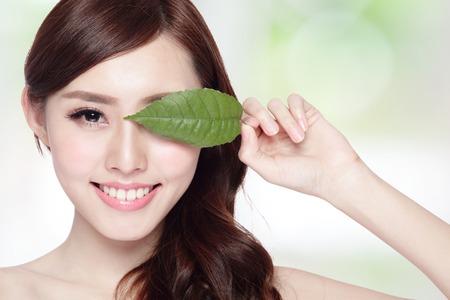 Photo pour beautiful woman face portrait with green leaf , concept for skin care or organic cosmetics , asian beauty - image libre de droit