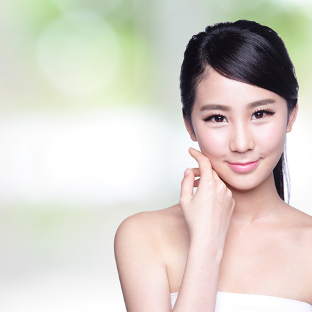 Foto de Beautiful Skin care woman Face smile to you with nature green background. asian Beauty - Imagen libre de derechos