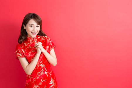 Photo pour beauty woman wear cheongsam and smile to you in chinese new year - image libre de droit