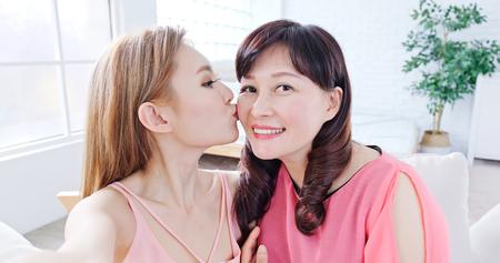 Foto de daughter selfie with her mother happiy at home - Imagen libre de derechos