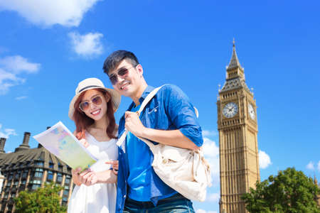 Foto de couple take world map and travel to london - Imagen libre de derechos