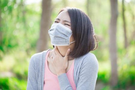 Photo pour woman wear mask and feel sore throat - image libre de droit