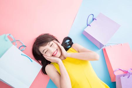 Foto de woman take shopping bag happily on the blue and pink background - Imagen libre de derechos