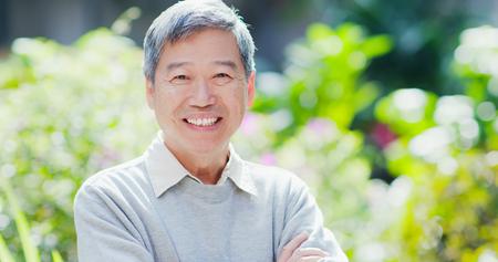 Foto de old man smile to you with nature green background - Imagen libre de derechos