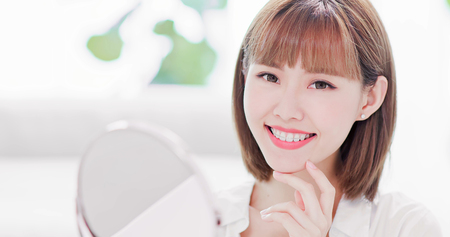 Photo pour Beauty woman smile to you with the brace retainer for tooth - image libre de droit