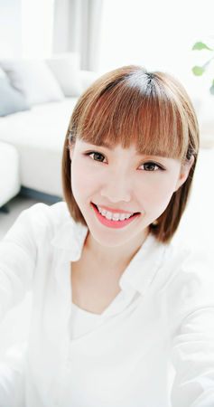 Photo pour Beauty woman selfie with the brace retainer for tooth - image libre de droit