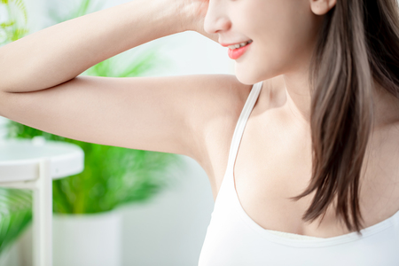 Photo pour Young beauty young woman smile with clean underarm - image libre de droit