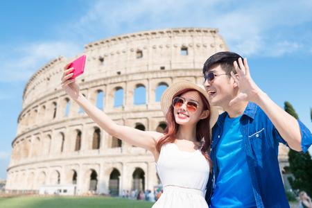 Photo pour couple selfie happily with Colosseum in Italy - image libre de droit