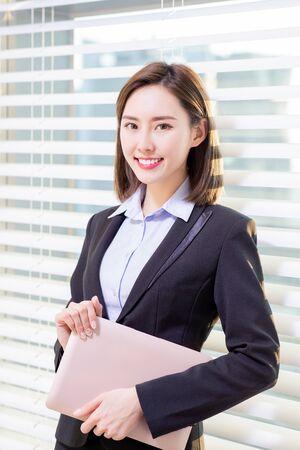 Foto de asian businesswoman look to you with confidence in the office - Imagen libre de derechos