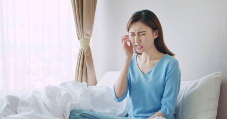 Photo pour asian beauty woman has dry skin and scratching her face - image libre de droit