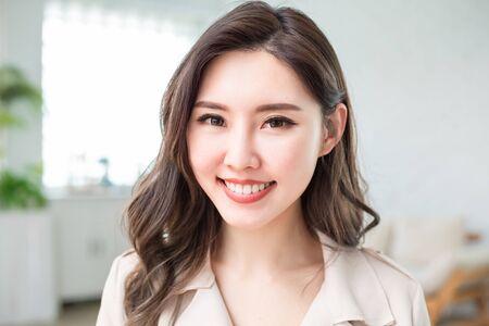 Foto de Young asian business woman smile to you in the office - Imagen libre de derechos