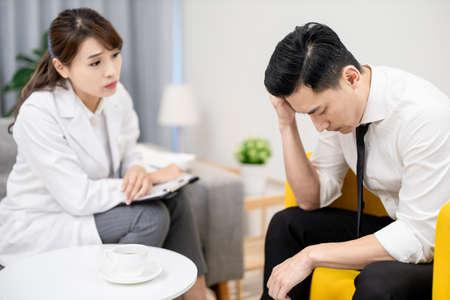 Photo pour Asian female psychologist has consultation with male patient - image libre de droit