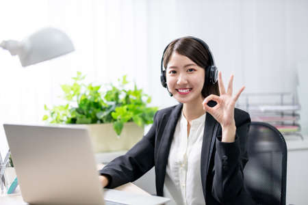 Photo pour asian customer service representative working in the office - image libre de droit