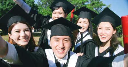 Photo pour happy graduate friends take selfie in campus - image libre de droit