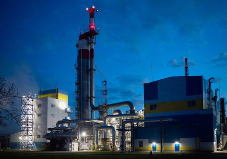 Photo pour Beautiful scenic of petrochemical oil refinery plant shines with red and white lights at night. - image libre de droit