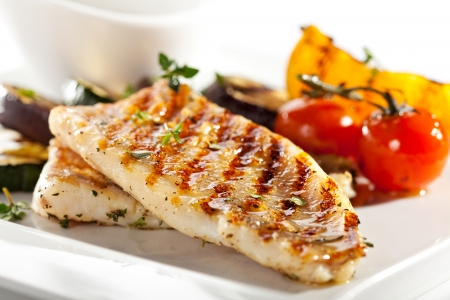 Foto de Grilled Fish Fillet with BBQ Vegetables - Imagen libre de derechos