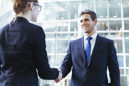 Foto de Business people shaking hands - Imagen libre de derechos