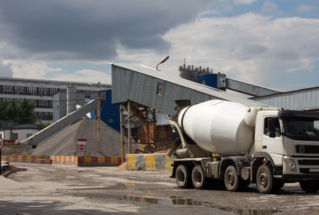 Photo pour Cement Plant,Concrete or cement factory, white cement mixer in the foreground - image libre de droit