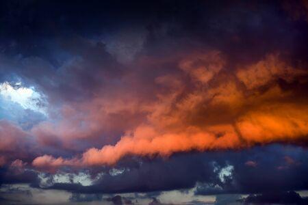 Photo pour Natural Red Dramatic Clouds Area Background - image libre de droit