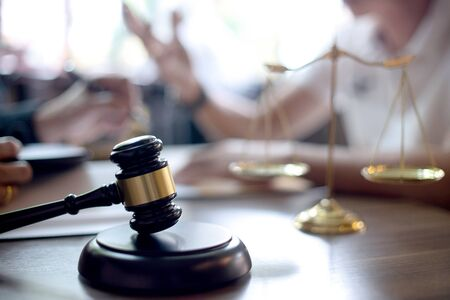 Foto de on the table how to  use arbitration ,  Lawyer or judge gavel with balance work with client or customer about agreement - Imagen libre de derechos