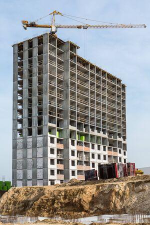 Photo pour Construction of high-rise houses and hoisting tower cranes. - image libre de droit