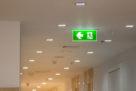 Photo pour green emergency exit sign in hospital showing the way to escape  - image libre de droit