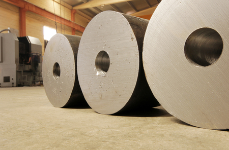 Photo pour Large steel rolls in the factory - image libre de droit