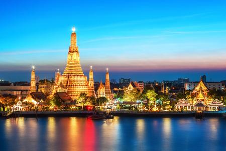 Photo pour Wat Arun night view Temple in bangkok, Thailand - image libre de droit