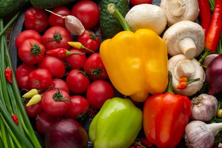 Photo pour Fresh vegetables on a brown wooden background close-up - image libre de droit