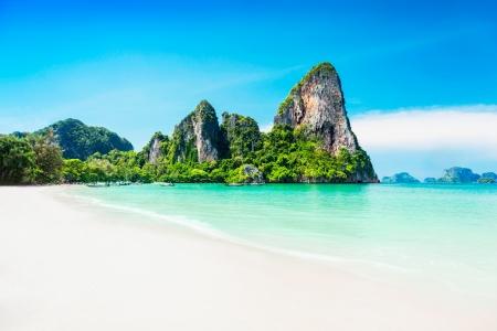 Photo pour Beauty beach and limestone rocks - image libre de droit