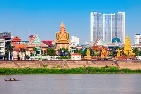 Foto de Phnom Penh city skyline and Tonle Sap River. Phnom Penh is the capital and largest city in Cambodia. - Imagen libre de derechos