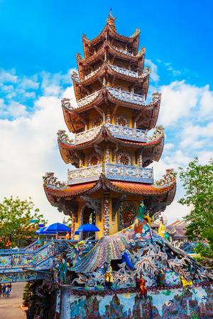 Foto für Linh Phuoc Pagoda or Ve Chai Pagoda is a buddhist dragon temple in Dalat city in Vietnam - Lizenzfreies Bild