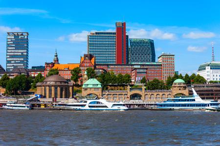 Foto de Hamburg city centre and Elbe river with boats in Germany - Imagen libre de derechos