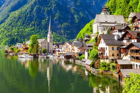 Photo pour Hallstatt old town and Hallstatter See lake in Upper Austria. Hallstatt is a village in the Salzkammergut region near Salzburg in Austria. - image libre de droit