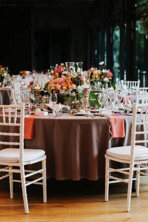 Photo pour Beautiful, decorated table with flower decorations.  Wedding or party decorations. - image libre de droit