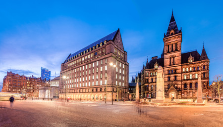Foto de The old and new town hall buildings in the city centre of Manchester, England. - Imagen libre de derechos