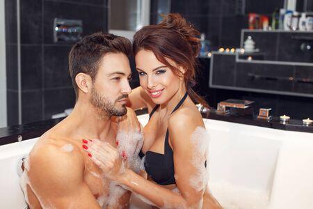 Photo pour Happy young couple in jacuzzi, honeymoon - image libre de droit