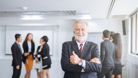 Photo pour Happy businessman on the background of business team showing thumbs up - image libre de droit